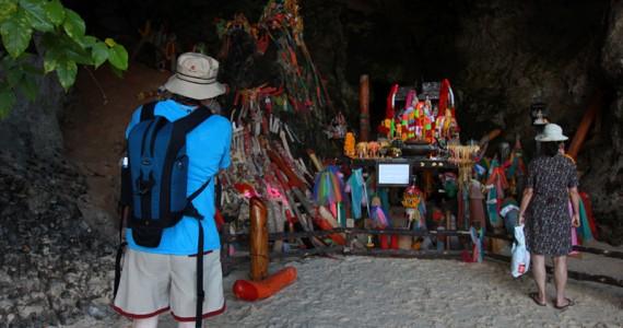 Туристы в пещере фаллосов на пляже Пхранаг