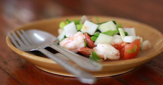 Как в Тайланде готовят салат с морепродуктами. Тайская кулинарная школа